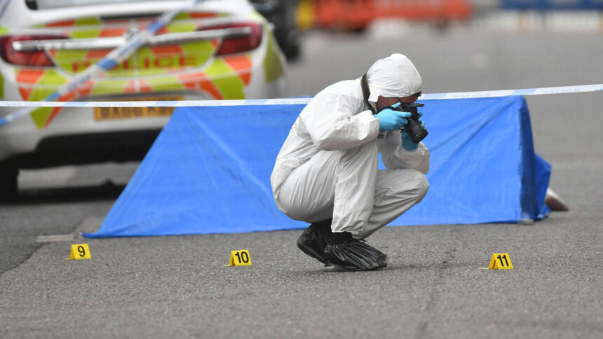 Messerstecherei in Birmingham: Ein Toter, mehrere Verletzte, Verdächtiger flüchtig