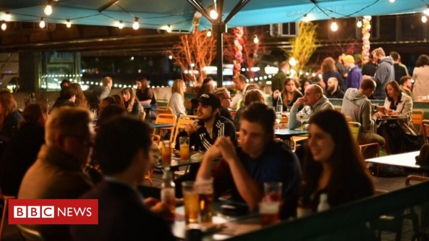 Covid: Pubs and restaurants in England to have 10pm closing times