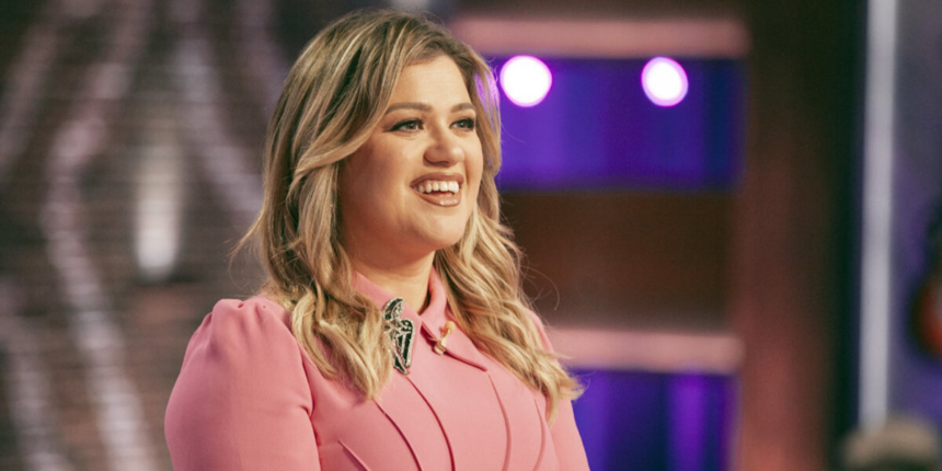 Kelly Clarkson Calls 2020 A 'Dumpster Fire,' Addresses Divorce In Return To TV