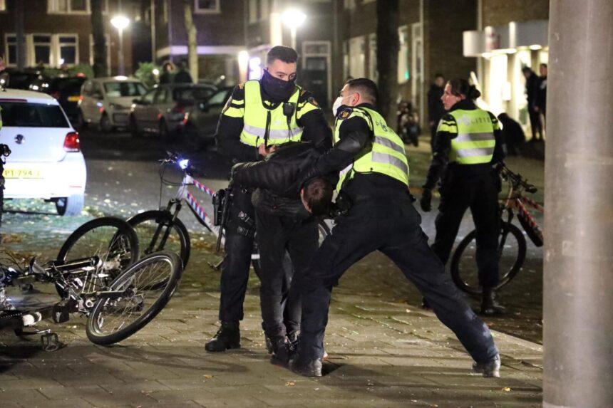Politie in actie tegen jongeren die illegaal vuurwerk afsteken op Urk en in Arnhem