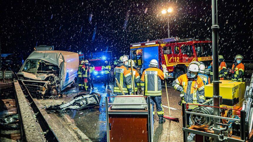 Zahlreiche Unfälle:Schnee und Glätte verursachen Probleme