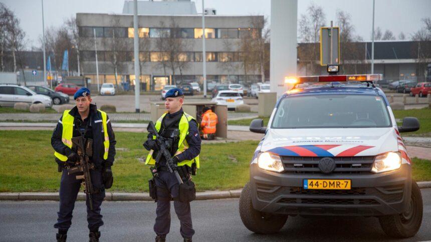 Vliegtuig Schiphol ontruimd na bommelding, melder opgepakt in Haarlem