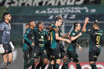 América goleia Vitória no Horto, mantém liderança e carimba vaga na Série A do Brasileirão