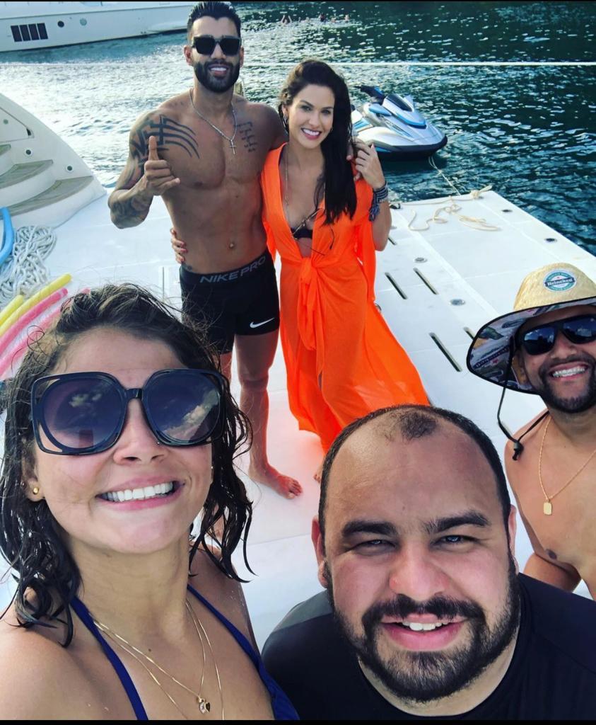 Gusttavo Lima e Andressa Suita são vistos juntos em passeio de barco
