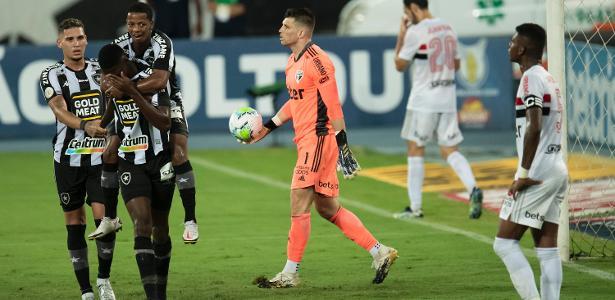 Botafogo vence São Paulo em jogo com expulsão de Reinaldo e pênalti perdido