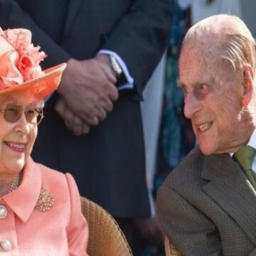 Queen Elizabeth continues monarch duty despite Prince Philips health woes