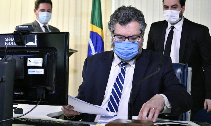 Em sessão conturbada, senadores pedem que Ernesto Araújo deixe o cargo, mas ministro diz que não vai sair