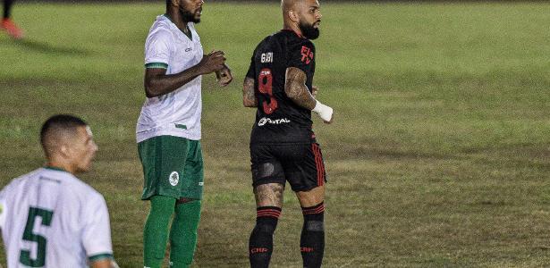 Na despedida do time misto, Flamengo reprisa defeito, perde gols e empata