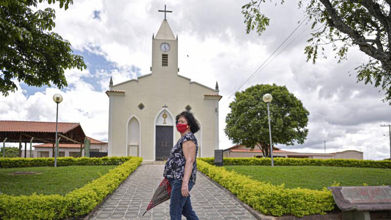 Brazilianen mogen met Pasen naar de kerk • Biden grijpt in bij blunderende vaccinfabriek