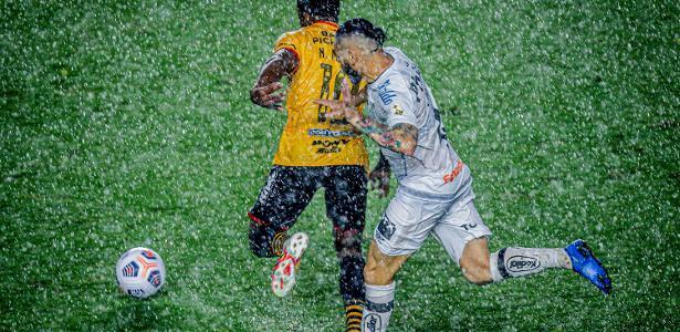 Sob muita chuva e com gol contra, Santos é derrotado pelo Barcelona (EQU)