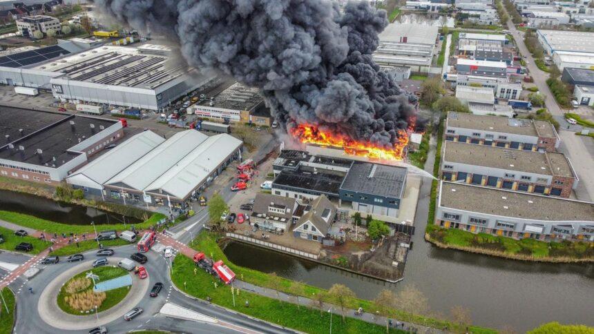 Asbest vrijgekomen bij brand autobandenbedrijf in Broek op Langedijk