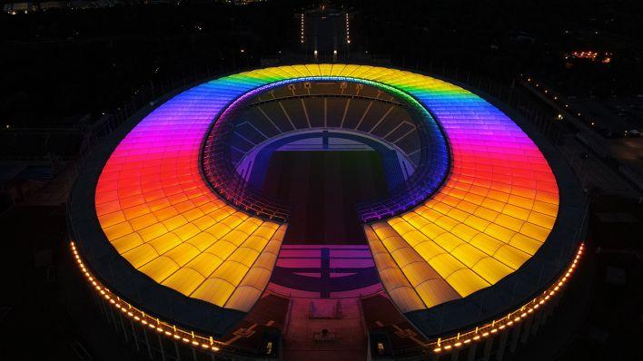 Berliner Olympiastadion erstrahlt zum Deutschlandspiel in Regenbogen-Farben