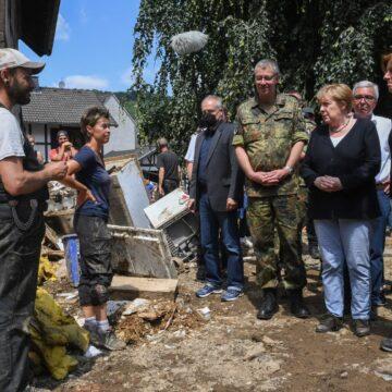 Inondations: plus de 180 morts en Europe, Angela Merkel arpente les zones sinistrées en Allemagne